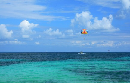 Parasailing, Jamaica, https://www.jamaica-reggae-music-vacation.com/Negril-Jamaica-Activities.html
